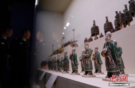 """图为陕西淳化""""7.20""""系列盗掘古墓葬案追缴的文物。中新社记者 杜洋 摄"""