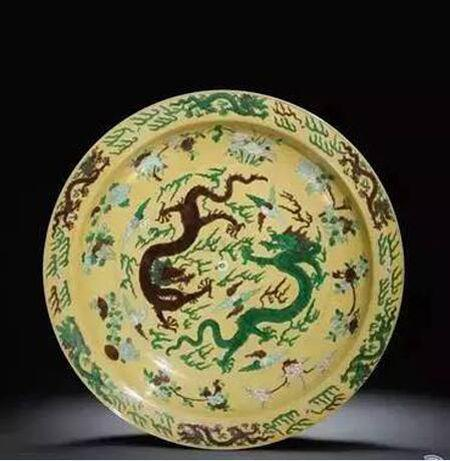 清康熙 黄地素三彩龙纹折沿大盘 尺寸 直径40.5cm