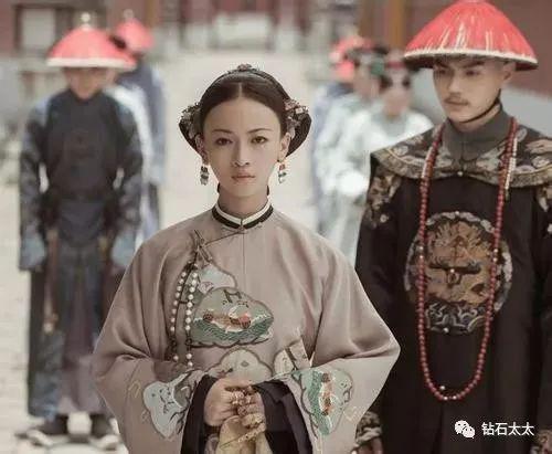 地位上升,首饰的品级也不断提高,压襟变成了华贵的东珠。