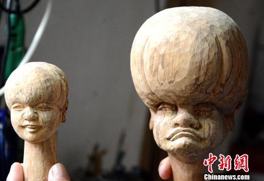 杨亚州的木偶雕刻作品。 张金川 摄