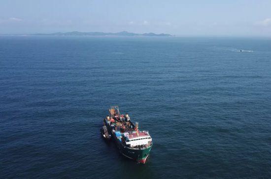 海上工作全景(右后方为少数幸运官兵获救的老人石,远处为黑岛山脉)
