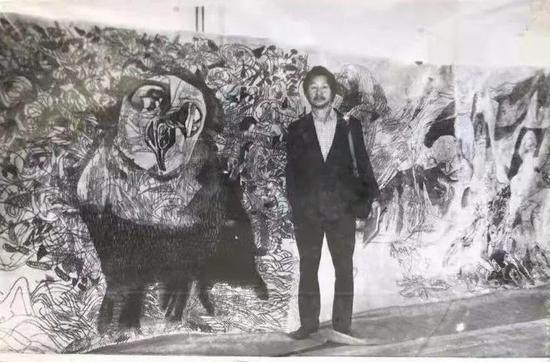 袁运生在其为哈佛大学绘制的壁毯作品前