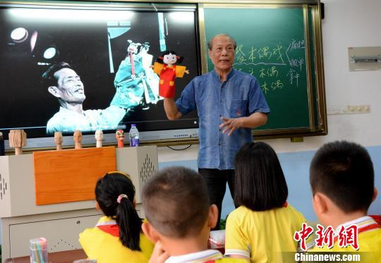 杨亚州到漳州康桥学校开展非遗木偶进校园活动。 张金川 摄