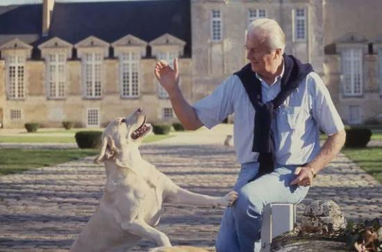 Givenchy 和他的爱犬在他的乡间别墅Le Jonchet manor, 1988年