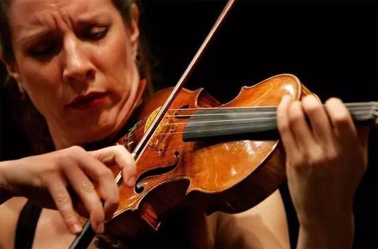 """小提琴家Elizabeth Pitcair使用名为""""汉默""""的斯氏琴演奏"""
