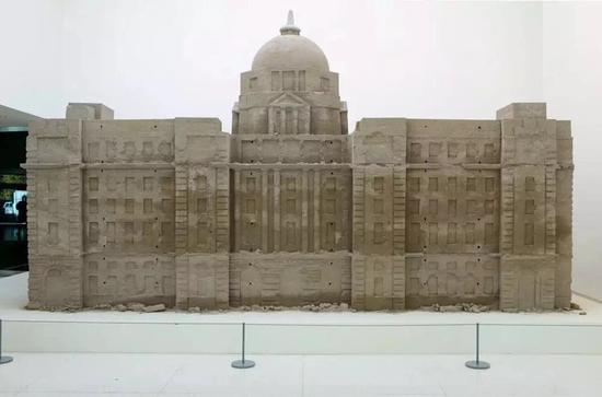 """黄永砅,《沙的银行,银行之沙》(2000/2005)在沃克艺术中心的回顾展""""占卜者之屋""""(House of Oracles)中展出。图片:Courtesy of the artist and Gladstone Gallery"""