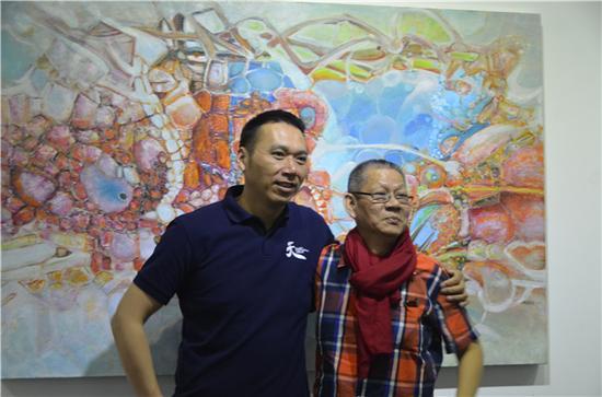 艺术家刘国义与嘉宾合影留念