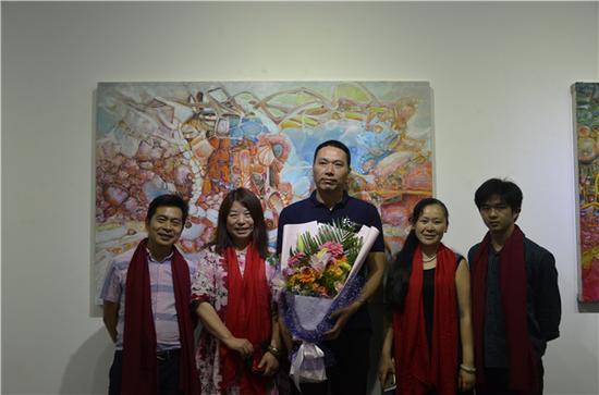 艺术家刘国义与到场嘉宾合影留念
