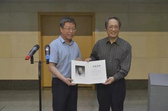 山西省文物局总工程师赵曙光向王纯杰先生颁发证书