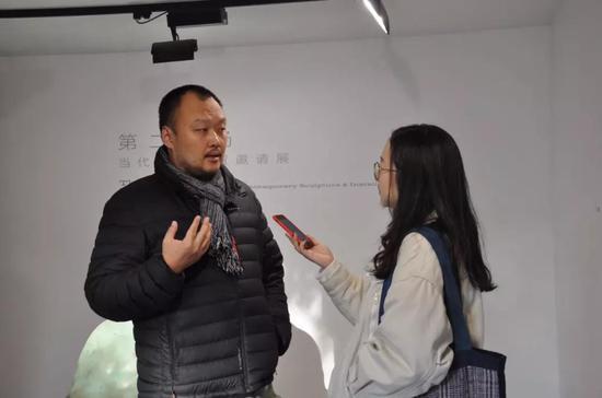 策展人 范明正 接受媒体采访