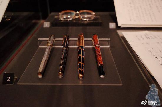 金庸使用过的眼镜和钢笔(图片来自网络作者young)