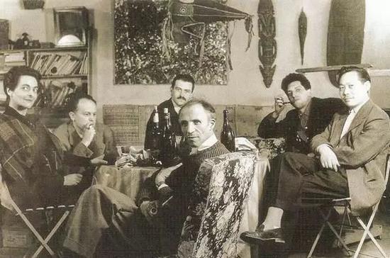▲1950年代,初到巴黎的赵无极(右一)与巴黎画皮埃尔·洛布(中)展开合作