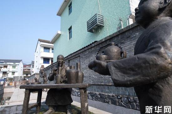 在上虞区上浦镇大善小坞村拍摄的青瓷文化雕像(1月22日摄)。