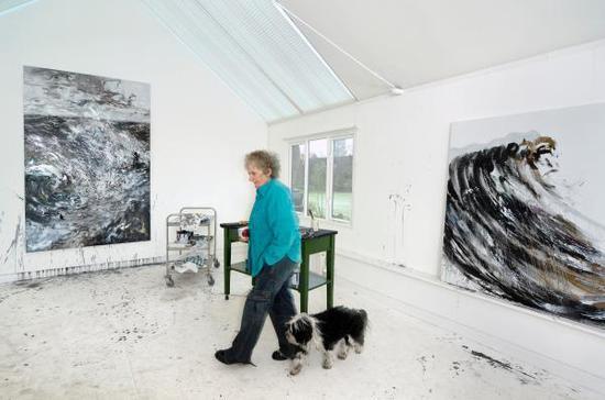 玛吉·汉布林在她的工作室
