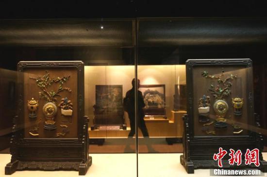 游客参观洛阳博物馆里的清宫文物。韩章云 摄