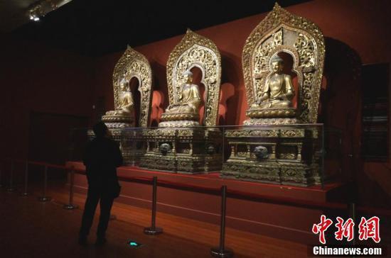 游客参观洛阳博物馆里的清宫文物。