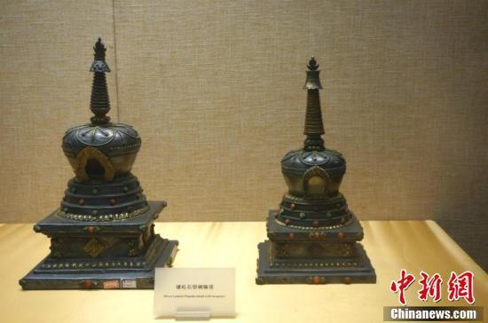 洛阳博物馆藏、原藏北京故宫慈宁宫大佛堂的镶松石银喇嘛塔。