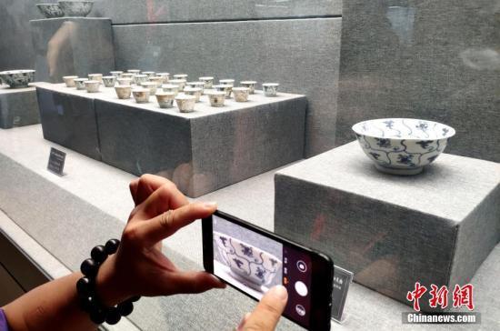 """资料图:""""泰兴号""""沉船瓷器展出。中新社记者 吕明 代理"""