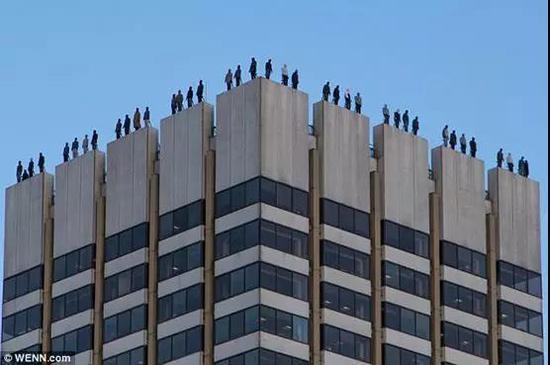 伦敦高楼展假人雕塑引热议 重视英国男性自杀现状