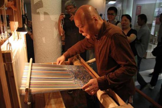 """中国丝绸博物馆研究员现场示范""""五星锦""""织造"""