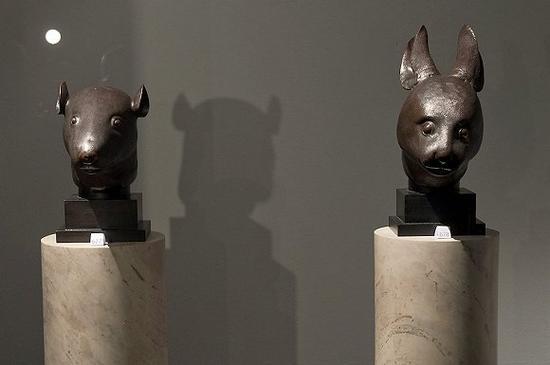 佳士得拍卖行展出的鼠首和兔首。图片来源:视觉中国