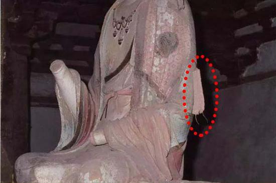 图3:本次修复前夕文殊菩萨左臂残留的系带