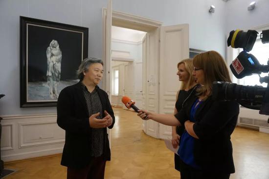 保加利亚国家电视台采访参展艺术家余润德