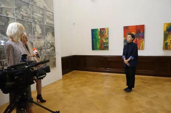 """保加利亚国家电视台采访联合策展人、""""青年艺术100""""总监彭玮"""