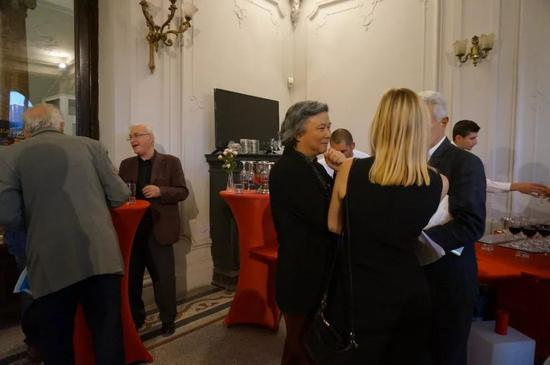 开幕酒会上,到场嘉宾、策展人、艺术家进行了愉快而深入的沟通和了解