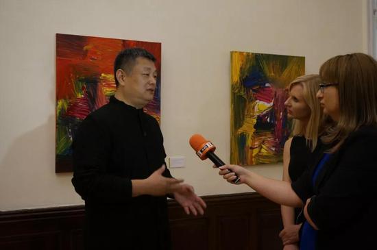 保加利亚国家电视台采访策展人、中央美术学院教授赵力