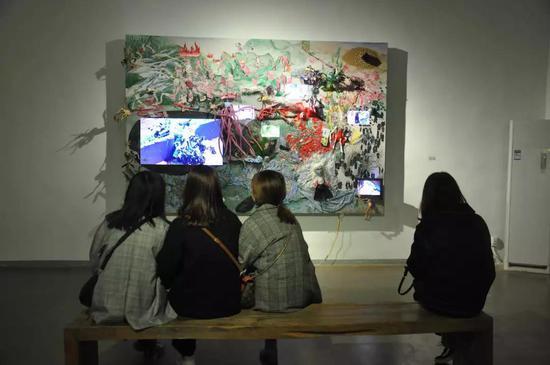观众欣赏艺术家齐乐 的作品《绿色的肉》
