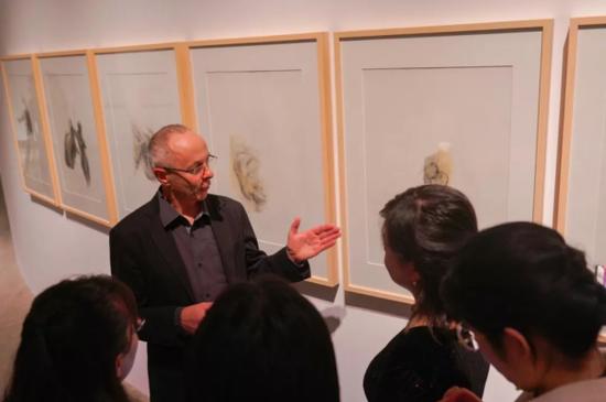 布鲁诺讲解其绘画作品。
