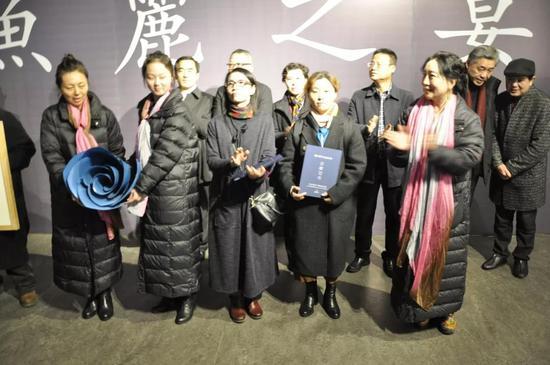 参展艺术家向西太湖美术馆捐赠作品,西太湖美术馆馆长张安娜颁发收藏证书