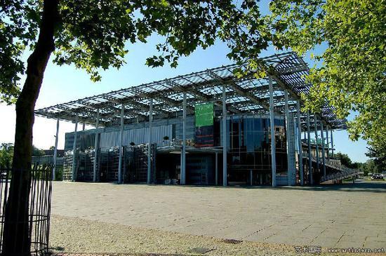 位于沃尔夫斯堡奥莱广场的艺术博物馆。图片:Kintaiyo via Wikimedia Commons