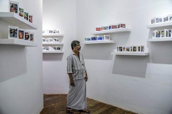 巴希尔在德里摄影师坚登·戈麦斯的作品前