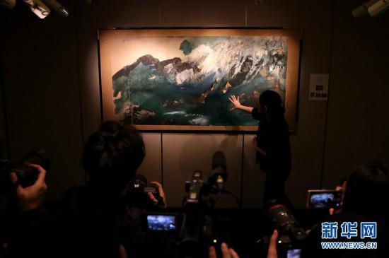 3月7日,工作人员介绍张大千的《伊吾闾瑞雪图》。新华社记者 李钢 摄