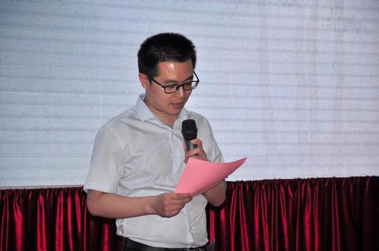 """三品美术馆常务馆长、策展人倪加福用了六个""""一"""",介绍本次展览情况"""