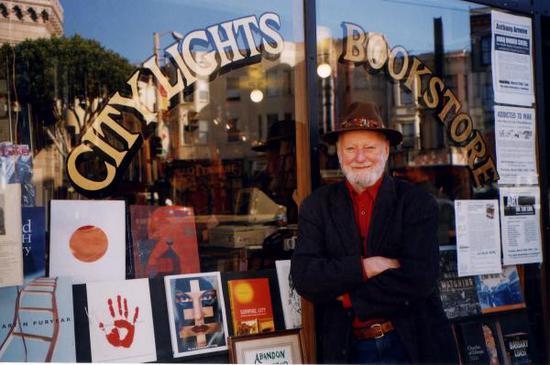 劳伦斯·费林盖蒂在城市之光书店前。
