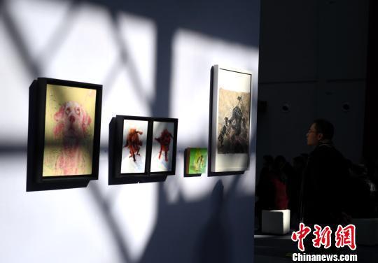"""11月24日,市民在""""热锻车间""""艺术馆内参观。 韩苏原 摄"""