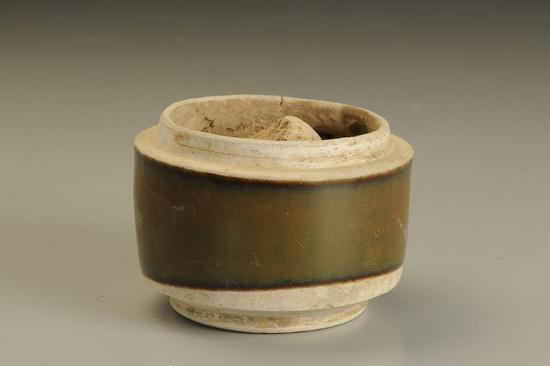 图五 酱釉圆形瓷粉盒