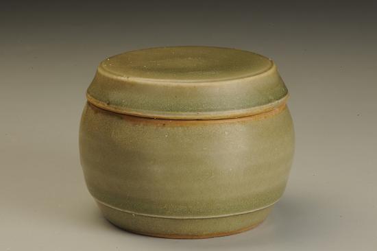 图六 青釉弧腹圆形粉盒
