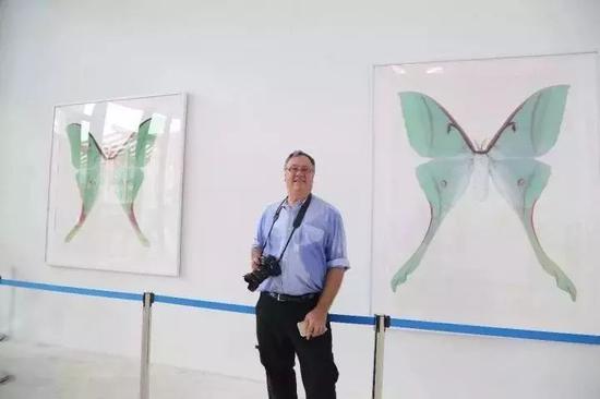 国际版画联盟副主席、阿尔弗雷德大学多媒体系主任约瑟夫·希尔(Joseph Scheer)与他的参展作品