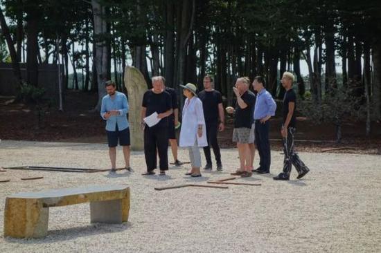 罗伯特?威尔逊在空地用木条摆出实际大小的展厅,和策展人讨论方案