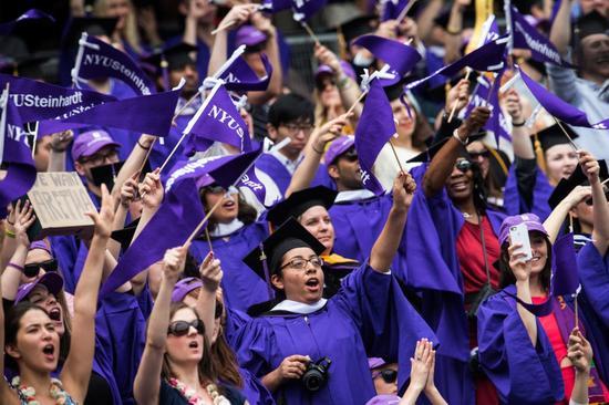 2014年纽约大学毕业典礼。该校艺术学院的博士课程是受调查策展人中最受欢迎的课程。图片:by Andrew Burton/Getty Images