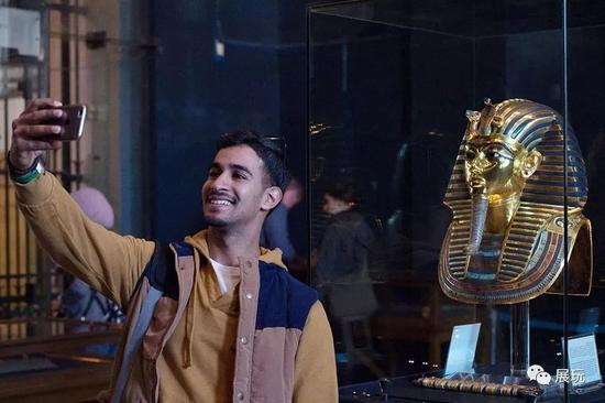 ▍参观者在埃及博物馆的图坦卡蒙面具前自拍