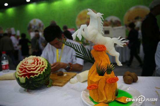 小伙热衷于果蔬雕刻 引发市民一阵赞叹