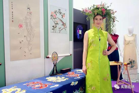 由禹凰宫绣设计、绣制、制作的服装作品被来自米兰的模特现场走秀演艺,并为多家参展企业站台表演