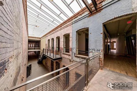 预先安装在6号建筑上的天井,它增加了园区13万平方英尺的空间。