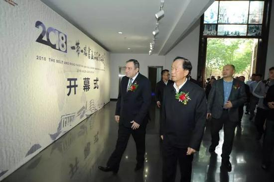 沙拉夫总理、贾春旺检察长参观展览
