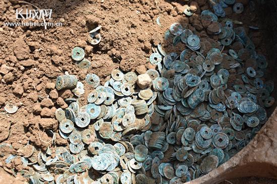文物新发现 邢台南和村民挖出大量古钱币